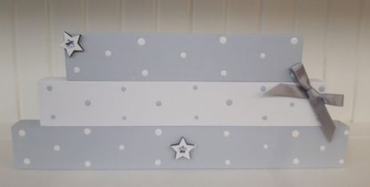 Stackable blocks in light grey, white and wooden stars